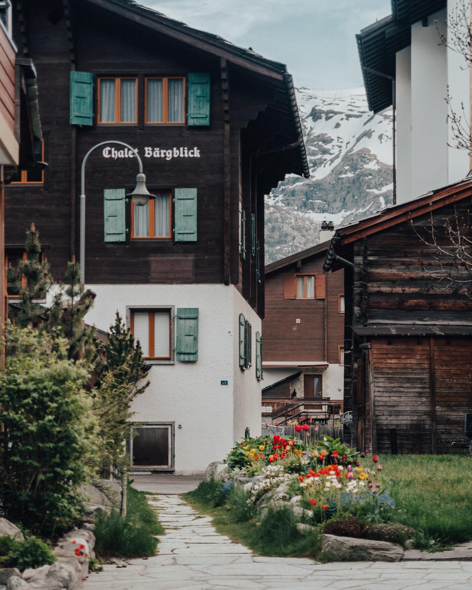 Zermatt - Vacker by i schweiziska alperna