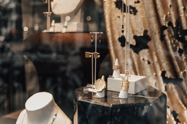 Närbild på guldsmycken i butiksfönster, Antwerpen, Belgien