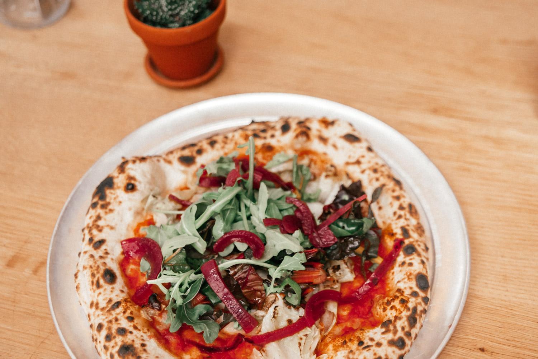 Vegansk surdegspizza på restaurang Standard i PAKT, Antwerpen