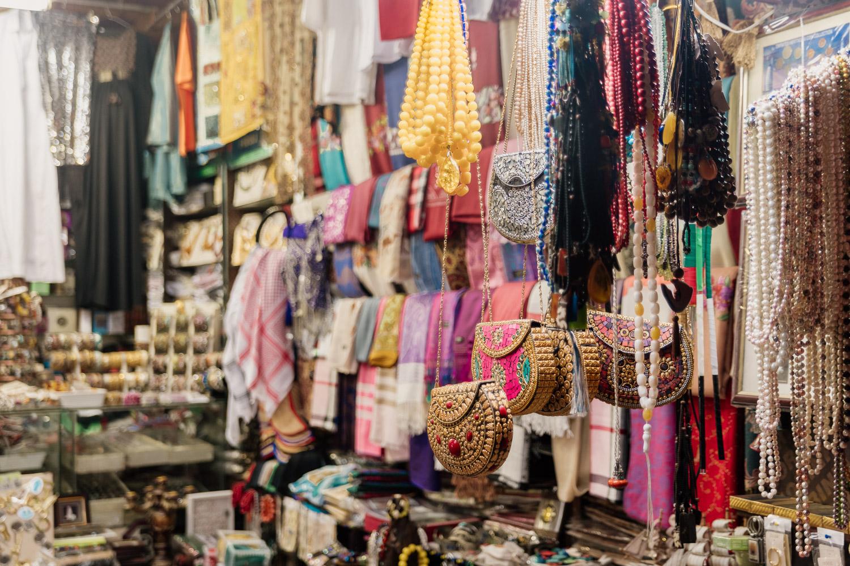 Närbild på shoppingfynd som kan göras i Sharjahs souks