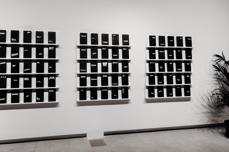 Modern Konst med filmomslag på Sharjah Art Foundation