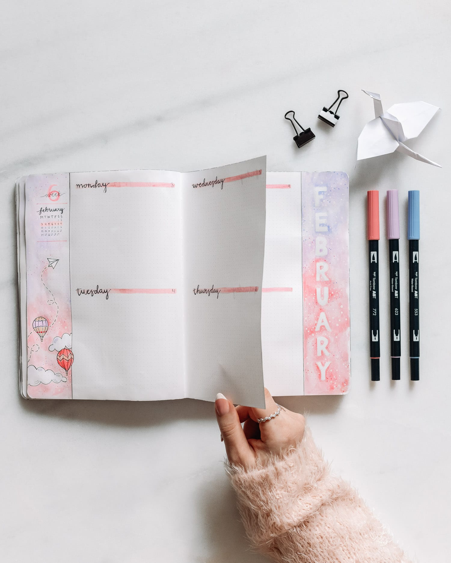 Bullet Journal veckoplanering med 'Dutch Door'-layout och luftballongstema