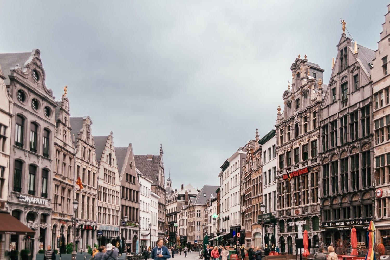 Medeltida stadstorget Grote Markt i Antwerpen, Belgien