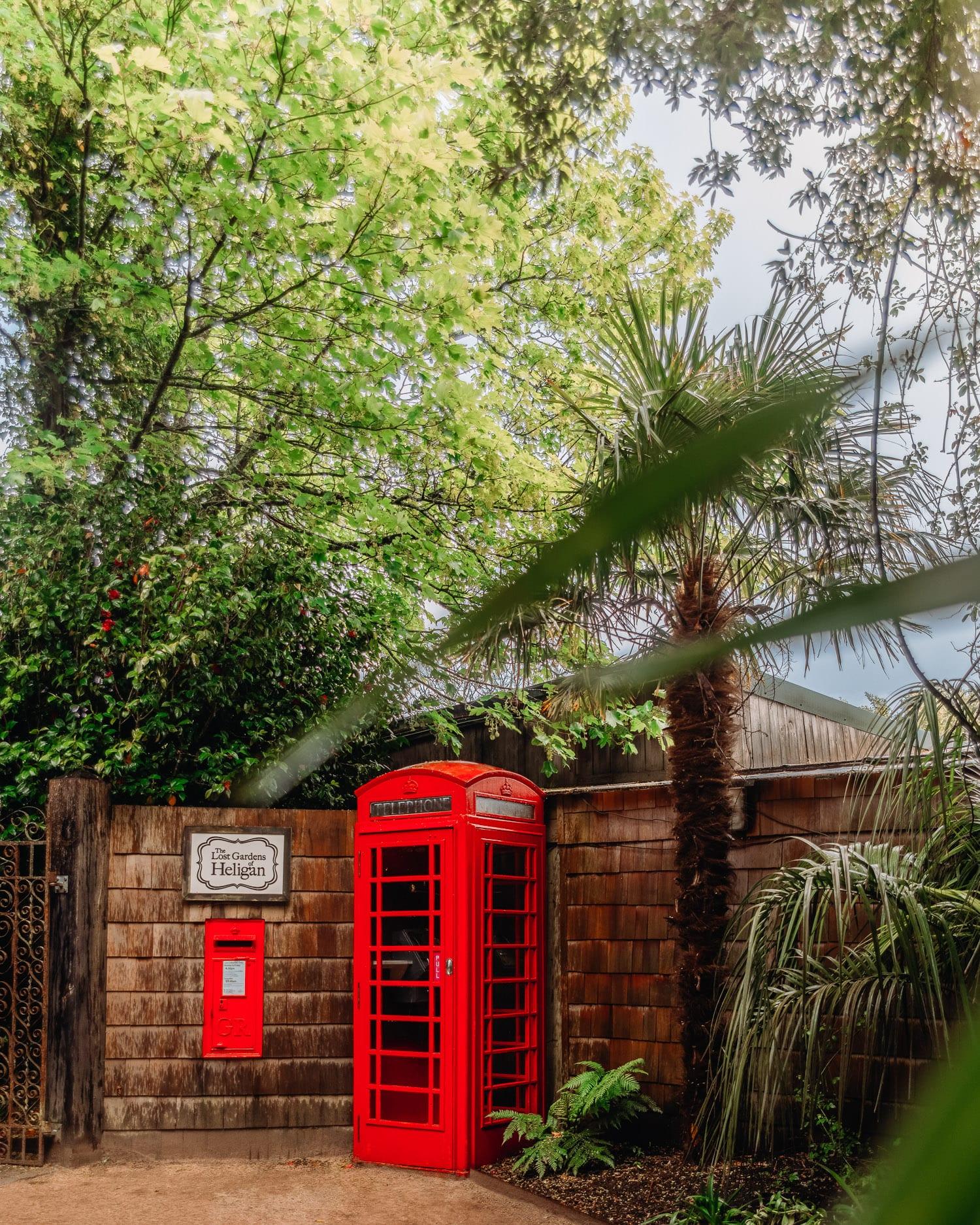 Röd telefonbox i The Lost Gardens of Heligan, Cornwall
