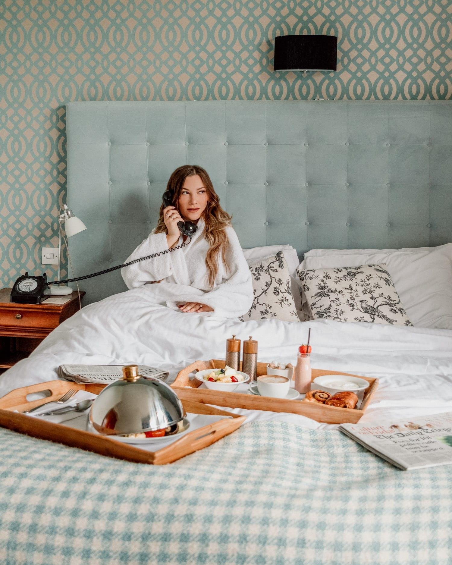 Frukost i sängen på hotellet The Alverton i Cornwall, Truro, Storbritannien