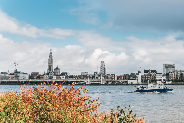 Vy över Antwerpen från andra sidan av floden Schelde