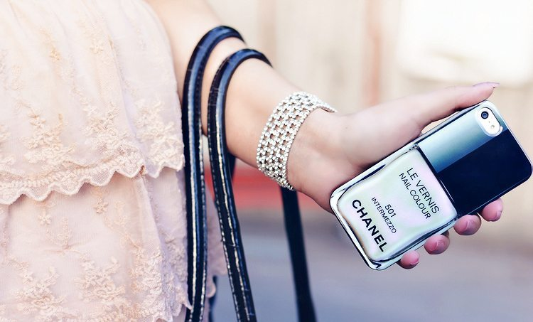 chanel-vernis-iphone-case