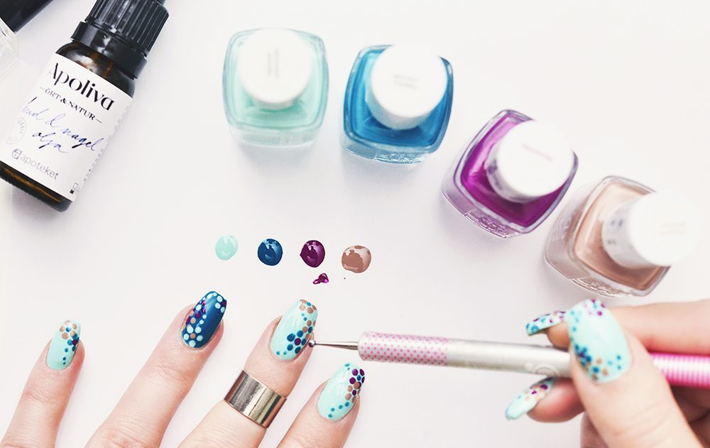 How to: Flower Dots Nail Art