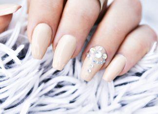 Piffa till dina nude-naglar - Nude Gel Nails with Bling