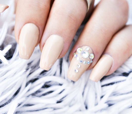 Piffa till dina nude-naglar - Nude Gel Nails with Bling