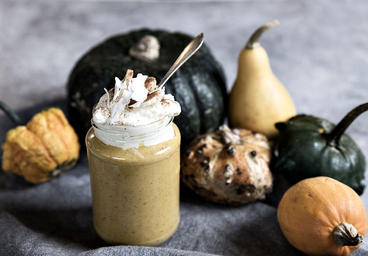 Yummy pumpkin smoothie with banana cream and cinnamon - Halloween hacks