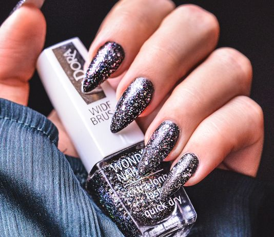 Glittrande nyårsnaglar med IsaDora Black Galaxy & Holographic Nails