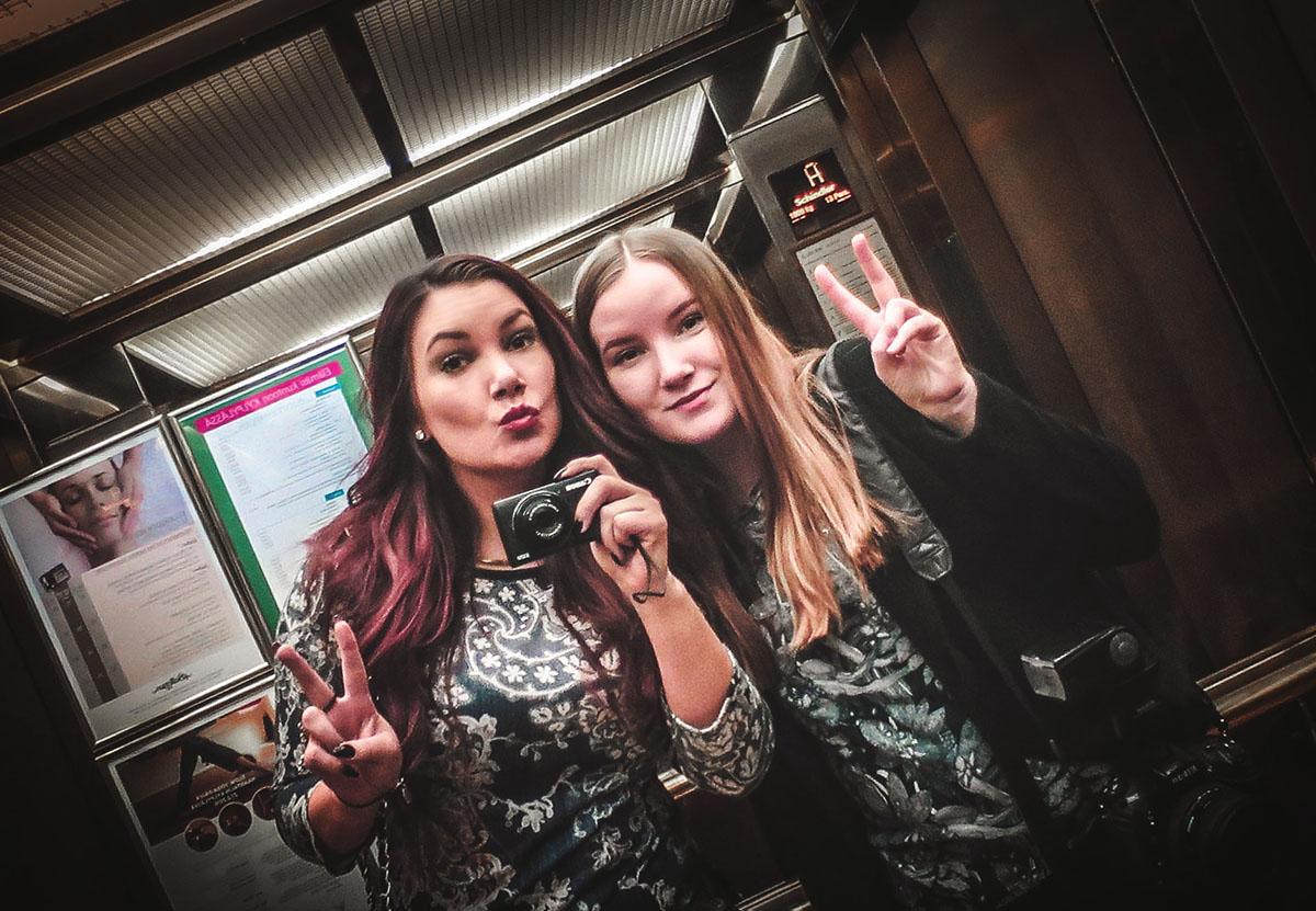 Jag och siz i hissen på Naantali Spa Hotel i Åbo