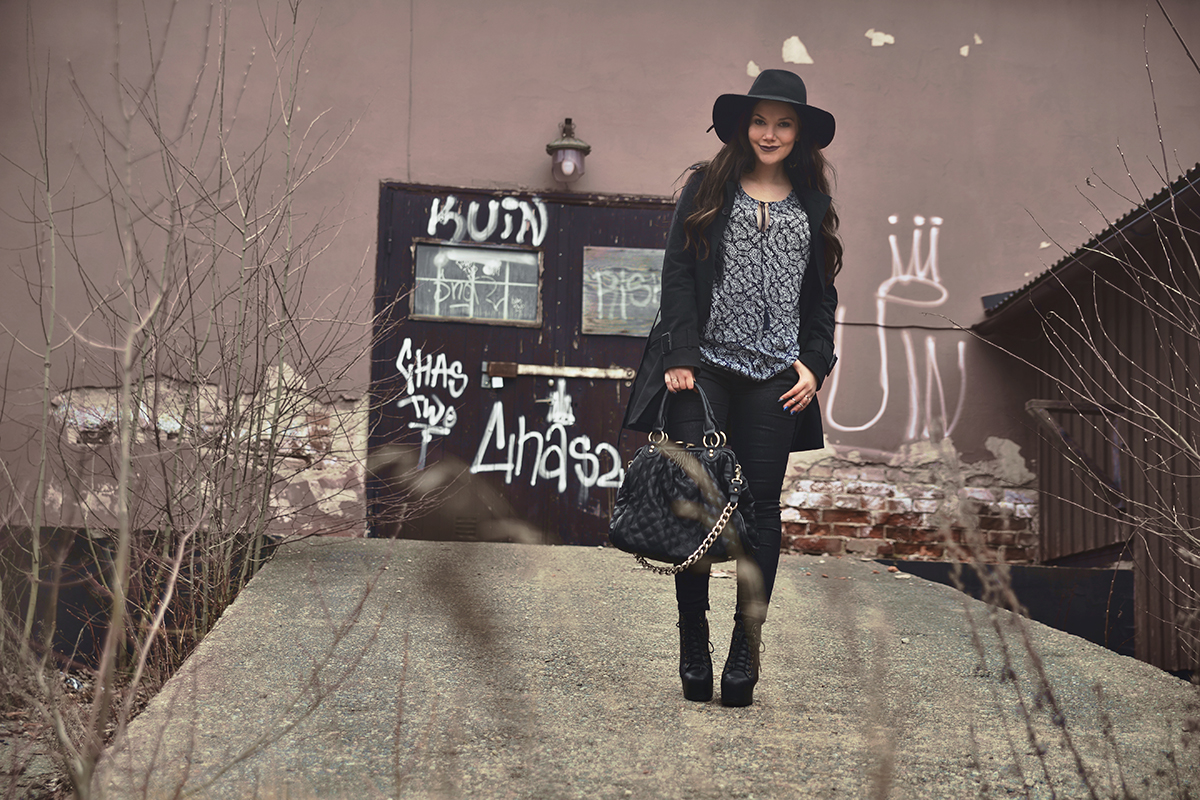 Boho outfit - with dark lips