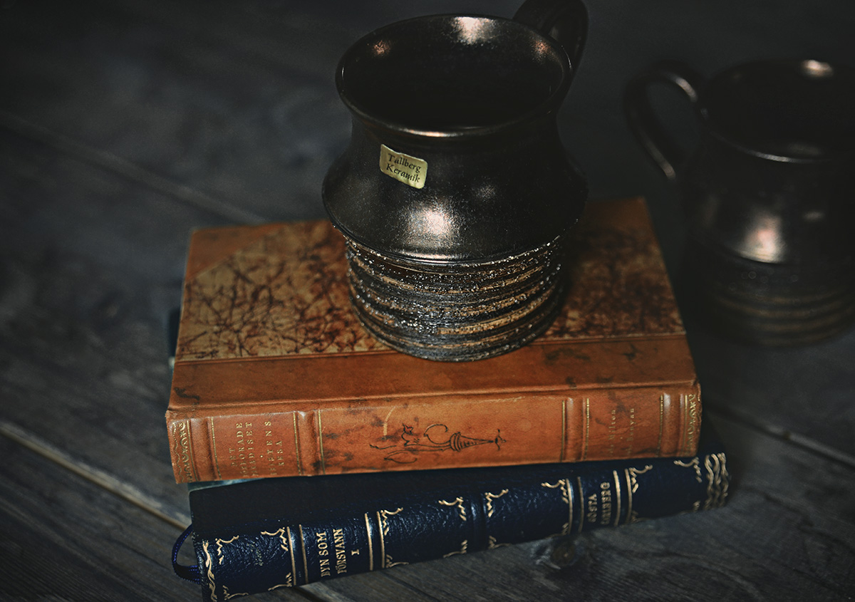 Loppisfynd - Keramikmugg och gamla böcker