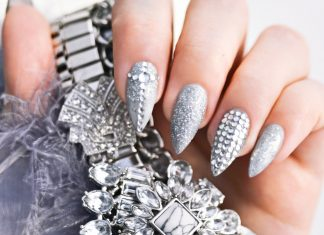 "Grå & glittrande nageldesign med ""more is more"" - Grey Nail Design with Rhinestones"