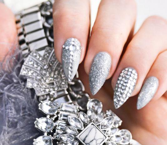 "Grå & glittrande nageldesign med ""more is more"" - Grey Nail Design with Rhinestones"