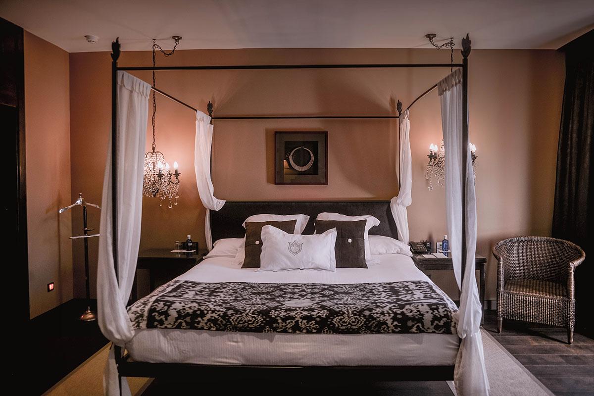 Bedroom in Asia Gardens