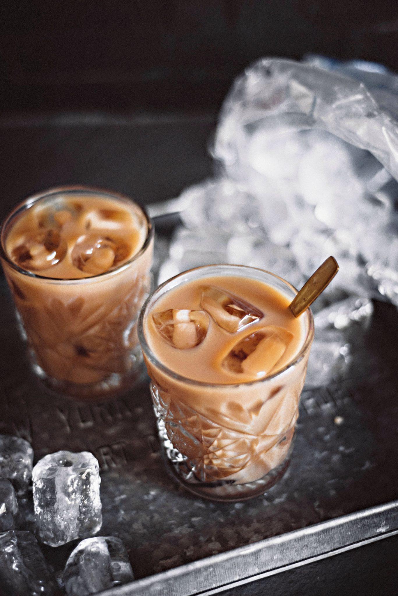 Två glas med iskaffe och isbitar