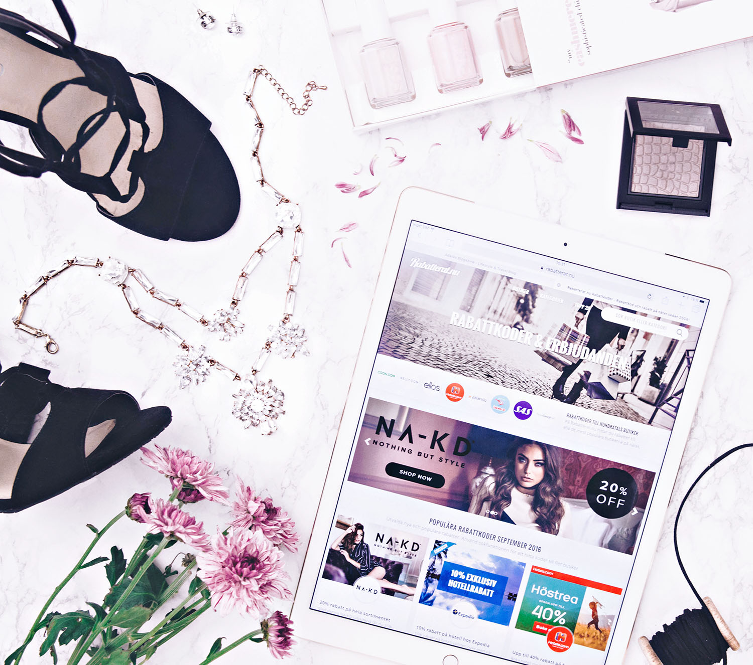 Flatlay with iPad Pro & Rabatterat.nu, jewelry, shoes & flowers