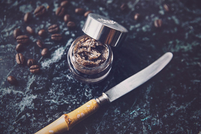 DIY: Läppskrubb med kaffe, socker och kokosolja