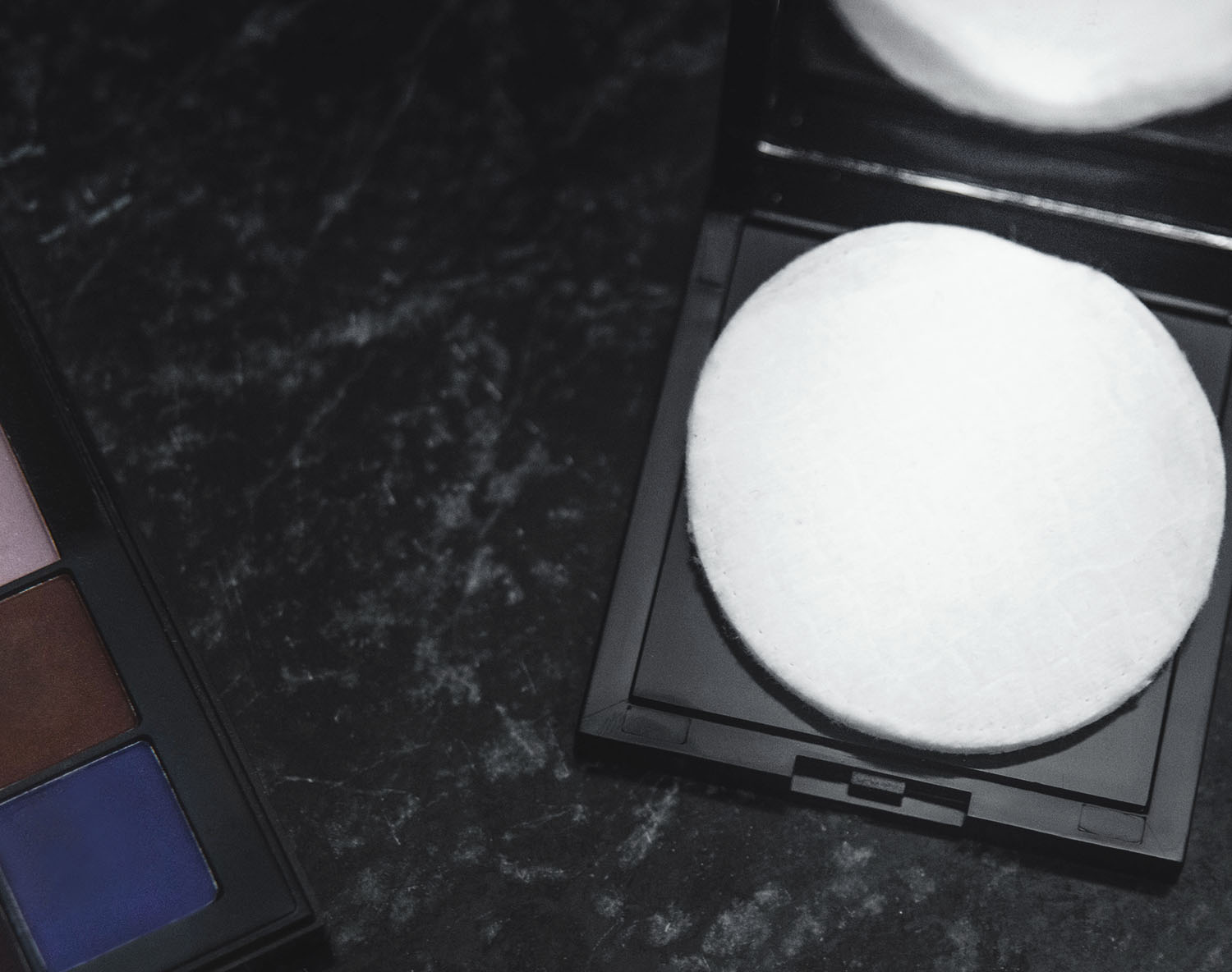 Protect your compact powders with cotton - Travel Hack