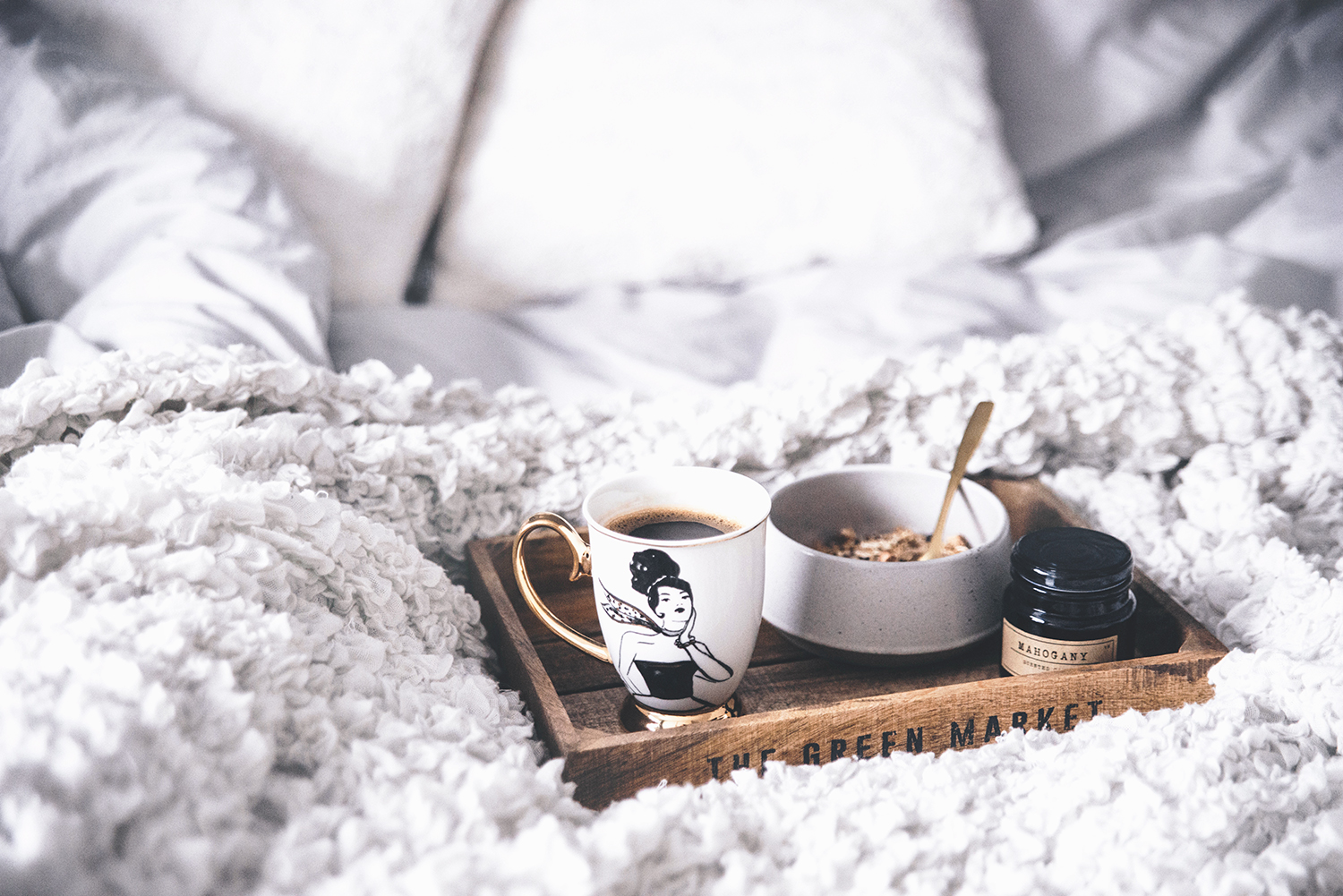 Tips mot morgontrötthet - Tray in bed with coffee, müsli and candle