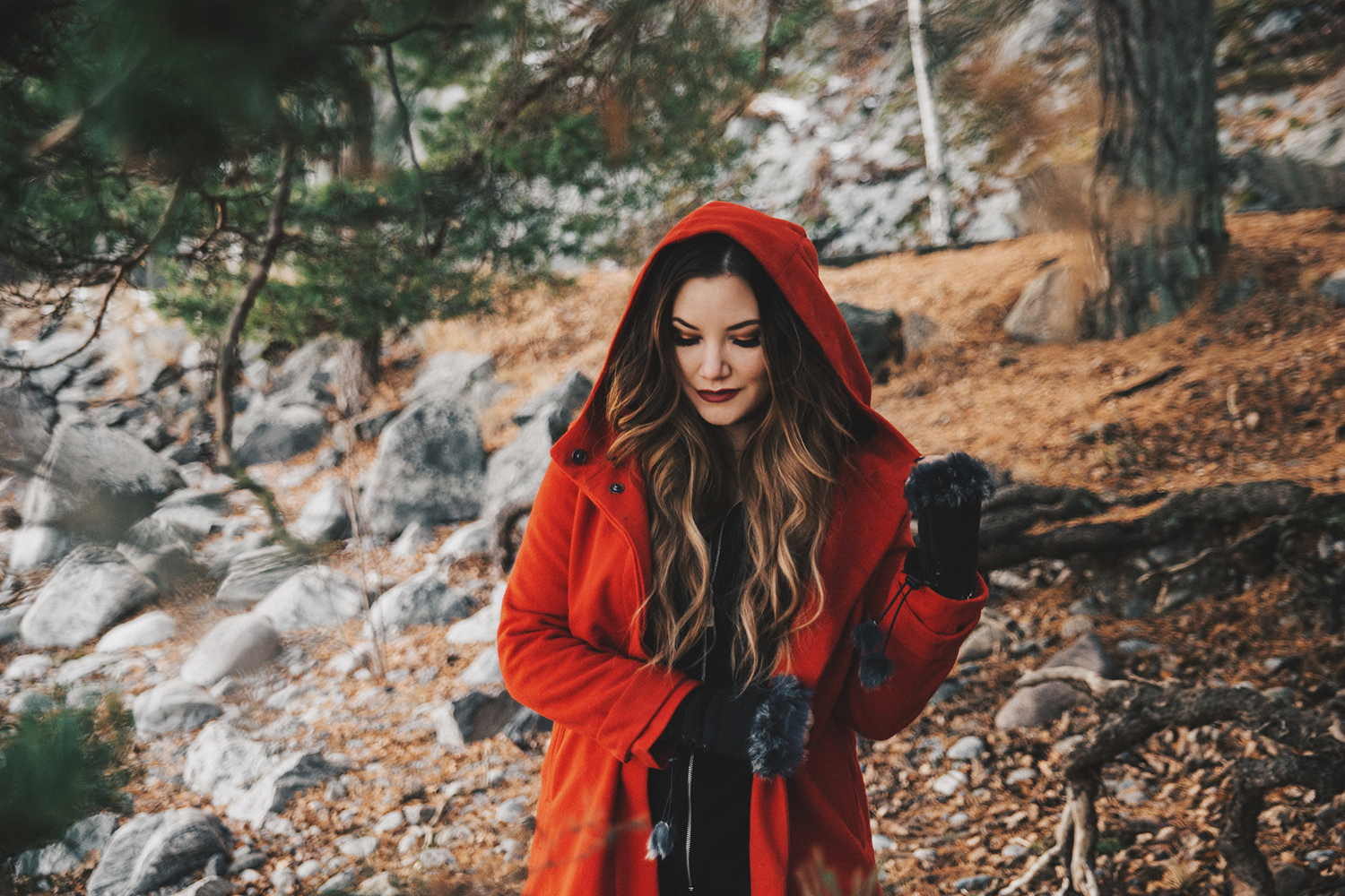Rödluvan & Vargen Fashion Story: Woman with red coat and hood in the forest