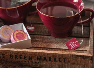 Tea moment with Lip Macarons