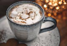 Hot Chocolate with mini marshmallows | Varm Choklad med grädde och minimarshmallows