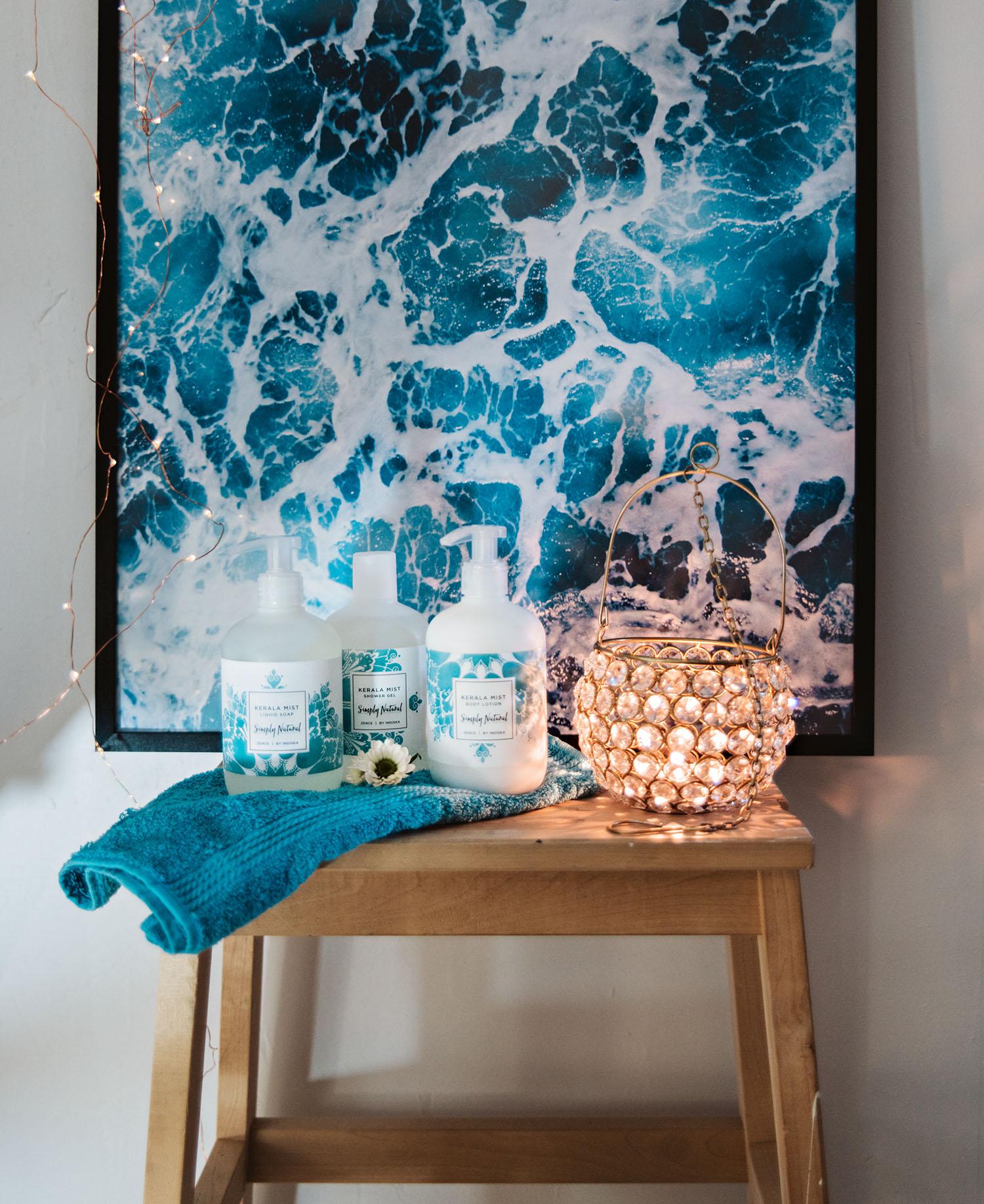 Stilleben med Kerala Mist Body lotion, Shower Gel & Hand Soap + Ljuslykta Hanging Prisma