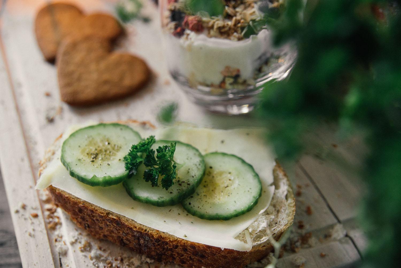 Lantbröd med ost, gurka och persilja