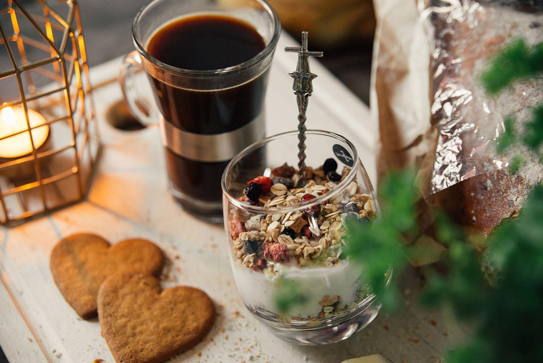 vanilj-grekisk mild yoghurt varvat med Stockholmsmuesli
