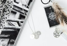 Flatlay: Design your own jewelry online