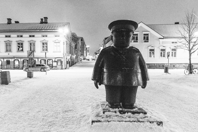 Statyn Torgpolisen i Uleåborg - Statue in Oulu