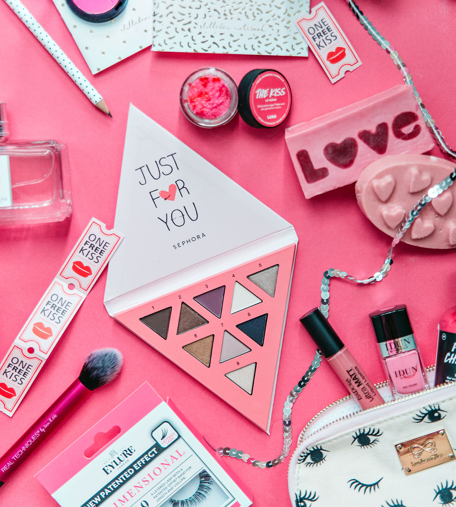 Flatlay with Pink Valentine's Day Treats for Yourself / Alla hjärtans dag-presenter