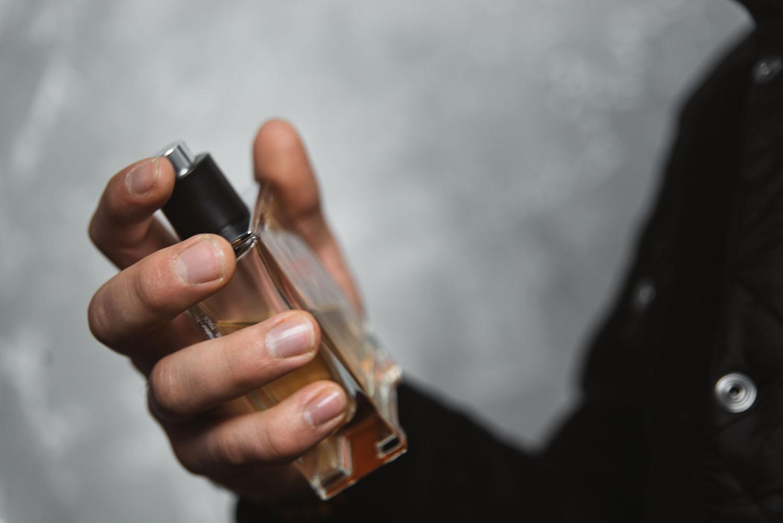 Man holding the perfume Hermes Terre d'Hermes EdT