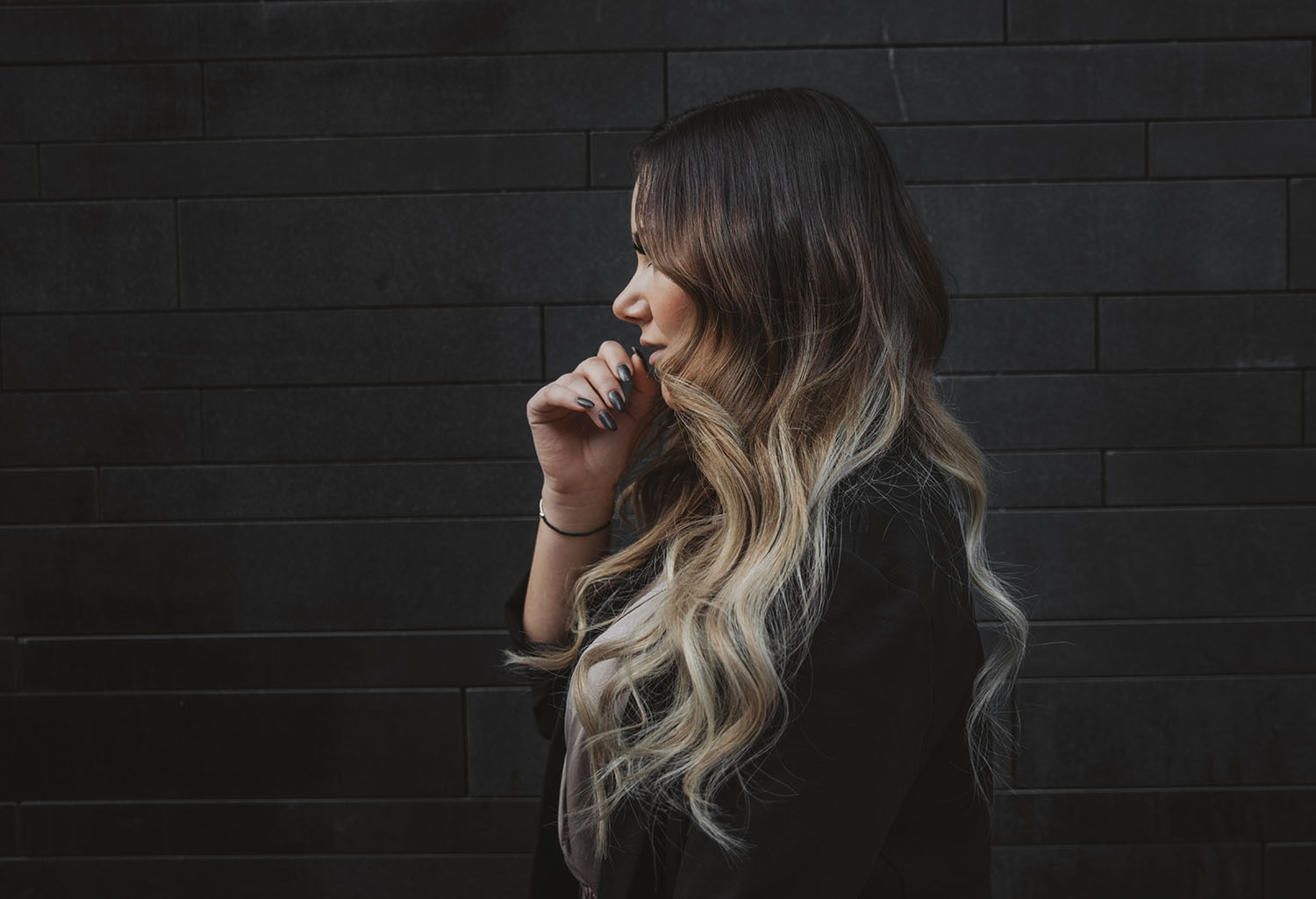 Hårförlängning - Girl with ash balayage and beach waves