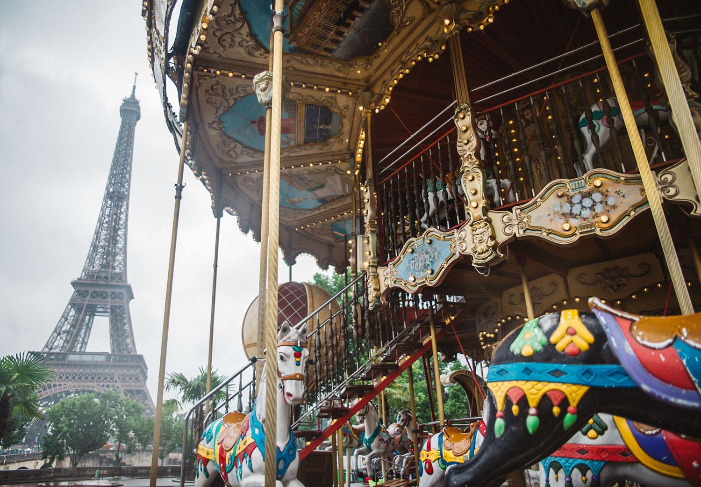 Karusell i Paris med Eiffeltornet i bakgrunden