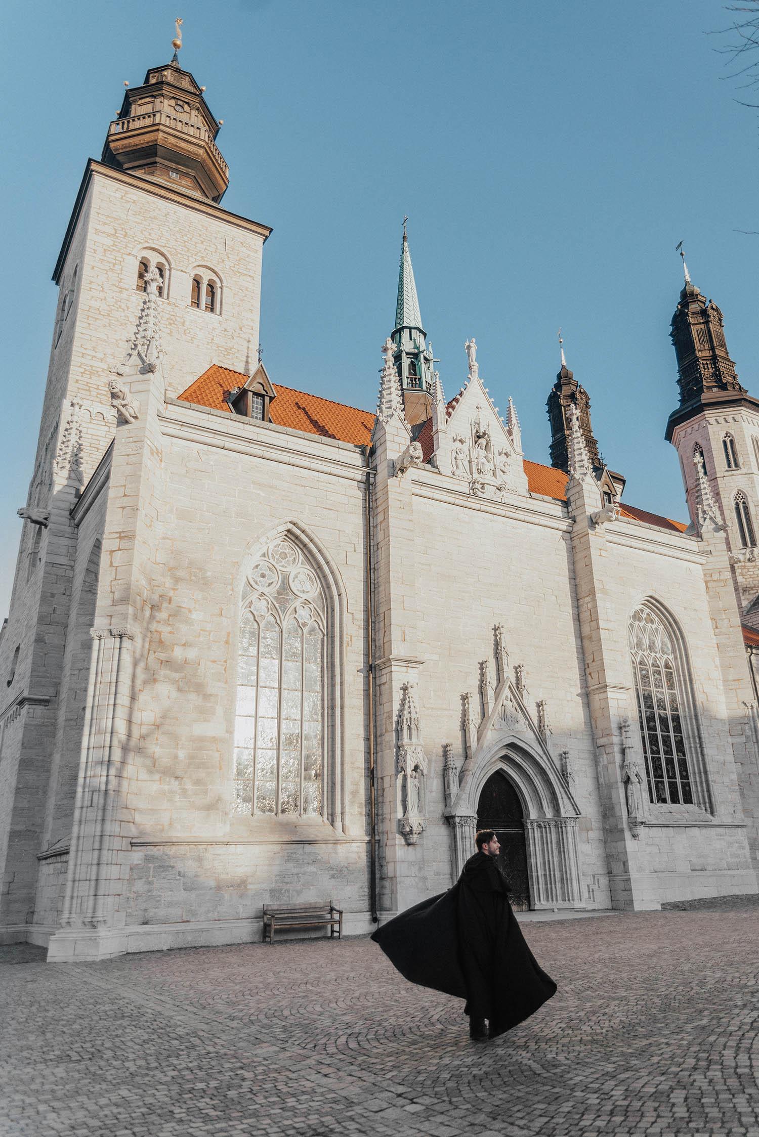 Simon utanför Domkyrkan i Visby