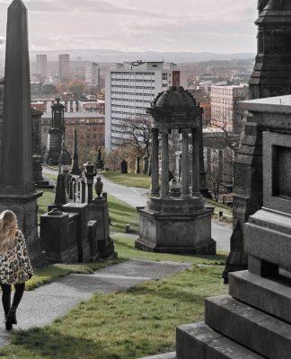 Adaras - gående genom Necropolis i Glasgow, Skottland