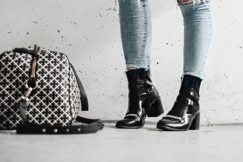 Adaras Svarta Boots från Bubbleroom & Väska från Malene Birger