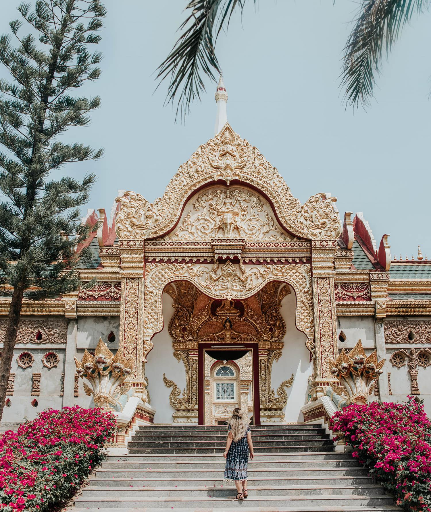 Adaras Tips på outfits i Thailand |Phra Maha Chedi Chai Mongkol i Roi Et