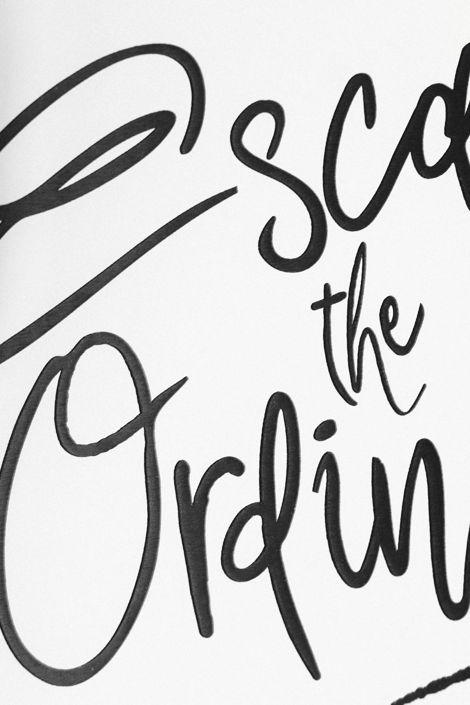 "Egendesignad plastskylt med gravyr - ""Escape the Ordinary"""