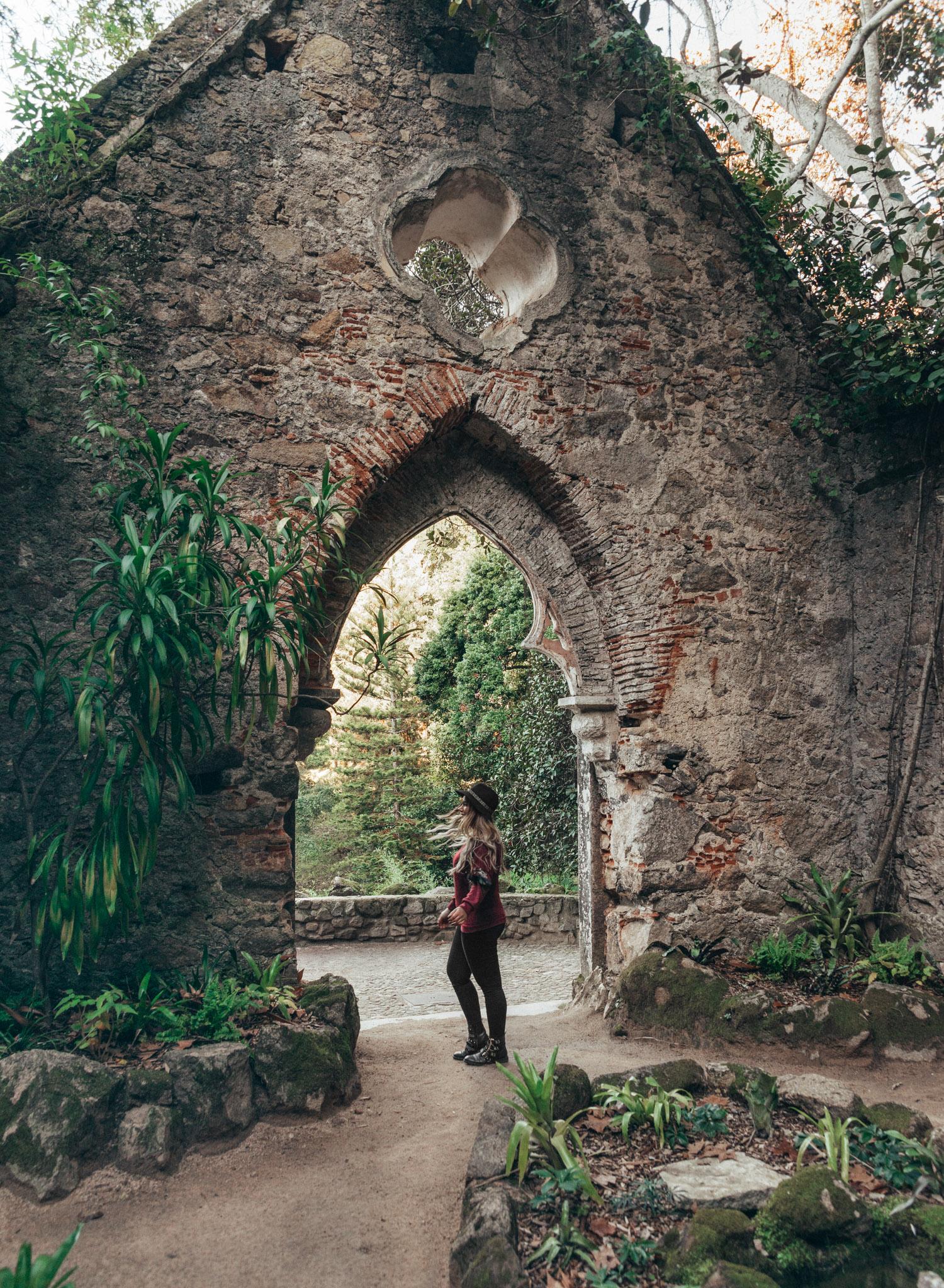 Adaras framför Monserrate-palatset i Sintra