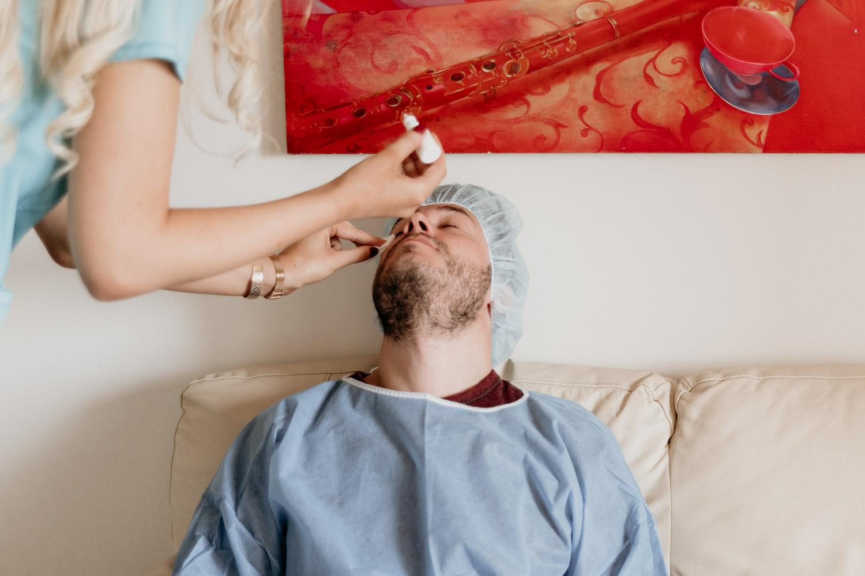 Bedövande ögondroppar inför ICL-operation för att vidga dina pupiller.