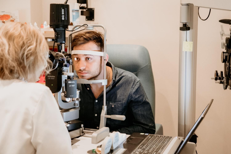 Ögonläkare utför ögonundersökning på LAAC, Riga