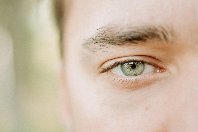 Närbild på manligt öga efter linsimplantat (ICL)