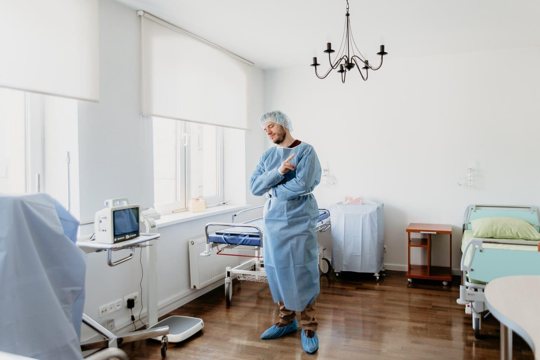 Patient i blå skyddskläder på Latvian American Eye Center (LAAC), Riga, Latvia
