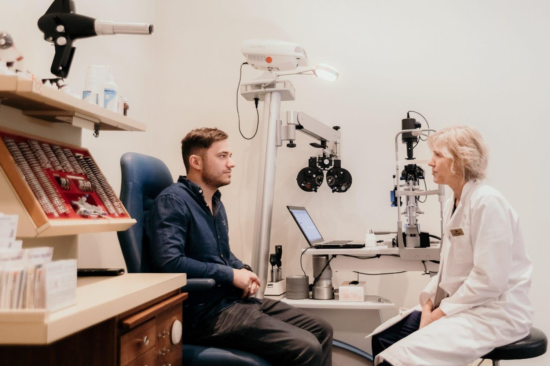 Ögonundersökning med ICL-läkare på Latvian American Eye Center, Riga